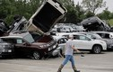 Lốc xoáy càn quét đại lý ôtô, hàng trăm xe bẹp rúm