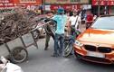 """Hà Nội: Sedan BMW 3-Series tiền tỷ bị xe ba gác """"đè bẹp"""""""