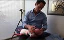 Sốc với cách bẻ lưng trẻ sơ sinh để chữa quấy khóc