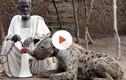 """Thú chơi linh cẩu như """"thú cưng"""" khó tin ở châu Phi"""