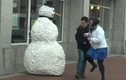 Xuất hiện người tuyết biết nói, dọa nạt người đi đường