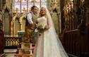 Chú rể lùn đứng lên 4 bậc thang để làm lễ cưới
