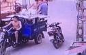 Xe ba gác đánh võng làm rơi 3 thanh niên ở Hà Nội