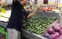 Video rắn trốn trong thùng dưa chuột ở siêu thị