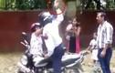 Cảnh sát giao thông dùng gạch tấn công phụ nữ Ấn Độ