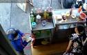 """Video: Nữ quái dùng """"ảo thuật"""" để lừa tiền tại tiệm bánh"""