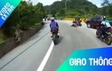 Video: Ôm cua ẩu, mô tô đâm thẳng ôtô bên đường