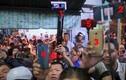 Video: Quá đông người đến viếng khiến xảy ra xô xát tại lễ tang Anh Vũ