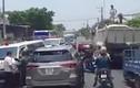 Video: Ôtô 7 chỗ lấn đường, cản trở 2 xe cấp cứu