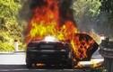 Quảng Ngãi: Ôtô bốc cháy, hai cha con thoát chết