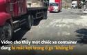 Video: Ổ gà siêu to khổng lồ giữa đường khiến container kẹt bánh