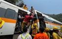 Cảnh tượng hành khách tàu trật đường ray ở Đài Loan
