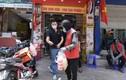 Hàng quán chỉ bán mang về, thu nhập của shipper Hà Nội cao kỷ lục