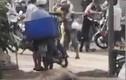 Video: Người vi phạm Chỉ thị 16 xô xát với lực lượng chức năng ở TP.HCM