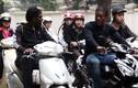 """Đi xe máy, """"Tây"""" cũng nhiễm thói xấu người Việt"""