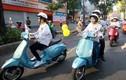 Dương Tử Quỳnh cầm lái xe ga Piaggio Vespa tại Sài Gòn