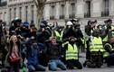 """Biểu tình quỳ gối - hình ảnh lạ trong phong trào """"Áo vàng"""" ở Pháp"""
