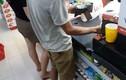 Người đàn ông mù chữ vào siêu thị hỏi han bao người cảm động