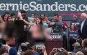 Cô gái ngực trần gây náo loạn cuộc vận động tranh cử của ông Sanders