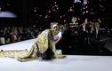 Siêu mẫu Võ Hoàng Yến bất ngờ 'vồ ếch' vì bộ trang phục nặng 25kg trên sàn diễn