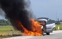 Video: Ô tô con đang chạy bốc cháy ngùn ngụt trên quốc lộ
