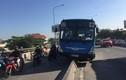 Nhiều người thoát chết khi xe buýt lao lên dải phân cách ở Sài Gòn