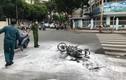 Xe máy của 2 tên cướp bốc cháy giữa đường Sài Gòn