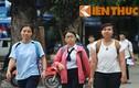 Nhiều nữ sinh buồn thiu rời phòng thi môn Ngoại ngữ