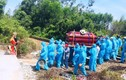Xúc động hình ảnh hàng chục người mặc đồ bảo hộ đưa tang ở Quảng Nam