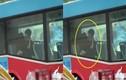 """""""Diễn cảnh nóng"""" trên xe buýt, đôi trẻ khiến nhiều người """"đỏ mặt"""""""