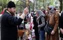 Mặc căng thẳng, lính và dân Ukraine ăn mừng Lễ Phục sinh
