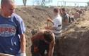 Dân Mariupol hối hả đào công sự bảo vệ thành phố