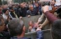 Cảnh dân khiêng quan chức y tế Ukraine ... vào thùng rác