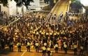 """Người biểu tình Hồng Kông """"lồng lộn"""" vì cảnh sát đánh người"""