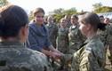 Phu nhân Tổng thống Ukraine ra chiến trường phát hàng cứu trợ