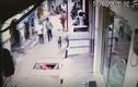 Video: Bò điên húc người đàn ông văng xuống cống