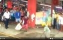 Video: 2 người đàn ông tay không bắt trăn khổng lồ