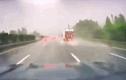 Video: Kinh hoàng cảnh ô tô đang chạy bất ngờ bị sét đánh trúng