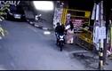 Video: Hai tên cướp giật túi xách, kéo lê người phụ nữ trên phố