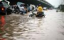 Mưa kéo dài, đường phố Hà Nội lại ngập sâu
