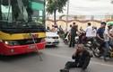 Lý do người đàn ông ngồi trước đầu xe buýt vài giờ đồng hồ không nhúc nhích