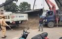 Xe tải chở cát lên dốc lật đè 3 ông cháu đi xe máy thương vong