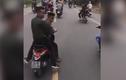 Nhóm thanh niên đầu trần đi xe máy chặn ôtô chở tân binh nhập ngũ