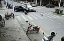 Video: Thót tim vì 2 ô tô và 1 xe máy tông nhau ngay giữa giao lộ