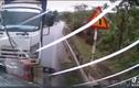 Video: Vượt ẩu bất ngờ, xe tải va chạm kinh hoàng với xe đi ngược chiều