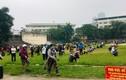 """Người dân ngồi ngay ngắn, kín SVĐ chờ đến lượt vào cây """"ATM gạo"""" ở Hà Nội"""