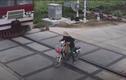 Video: Người phụ nữ đi xe điện gặp kết thảm khi cố tình vượt đường tàu