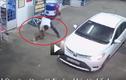 """Video: Đi ô tô vào đổ xăng, người đàn ông """"tiện tay"""" mang chó về"""