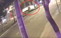 Video: Va chạm mạnh tại ngã tư, ô tô ngửa bụng trượt dài trên đường