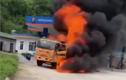 Video: Xe tải cháy ngùn ngụt cạnh cây xăng, nhiều người hoảng loạn bỏ chạy